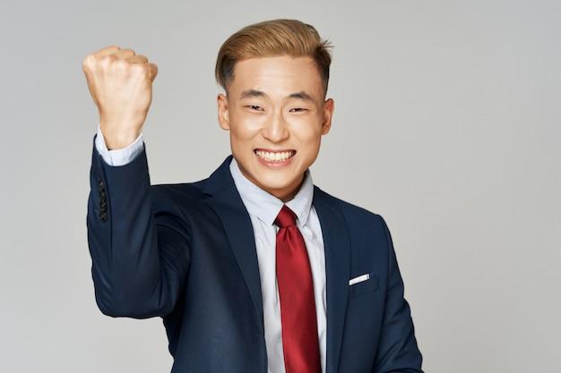 Homem de negócios asiáticos comemorando uma vitória
