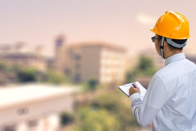 Homem de negócios asiáticos engenheiro inspeção escrita na fábrica