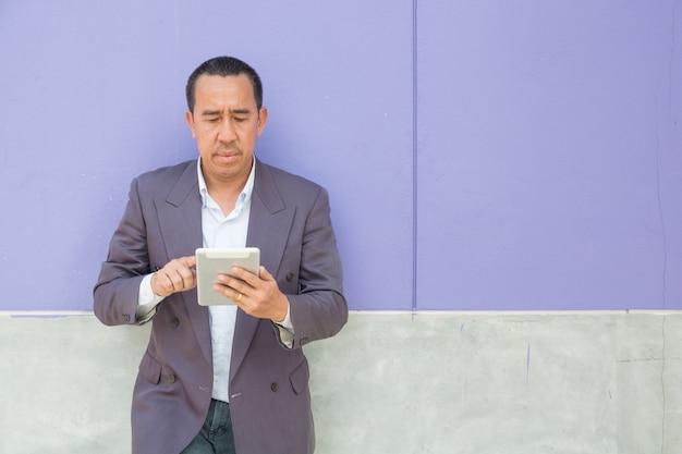 Homem de negócios asiáticos usam computador tablet digital sem fio