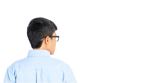 Homem de negócios asiáticos vestindo uma camisa azul e óculos, olhando alguma coisa.