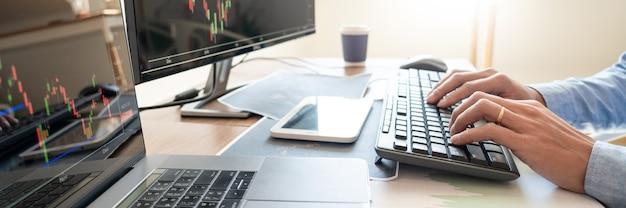 Homem de negócios ativo, equipe de corretores ou comerciantes falando sobre o mercado de ações