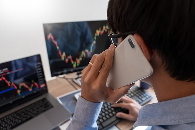 Homem de negócios ativo, equipe de corretores ou traders falando sobre forex