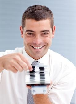 Homem de negócios atraente que consulta um diretório