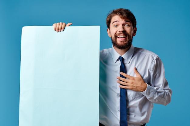 Homem de negócios banner azul copyspace publicidade apresentação fundo isolado