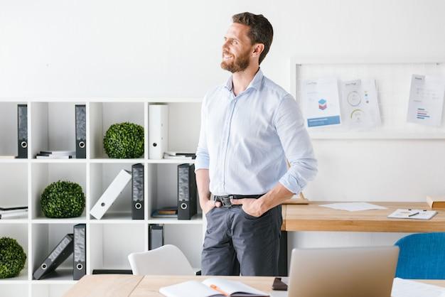 Homem de negócios barbudo bonito no escritório