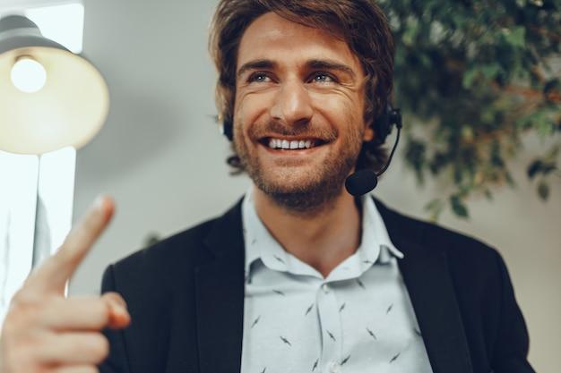 Homem de negócios barbudo com fone de ouvido conversando sobre negócios online