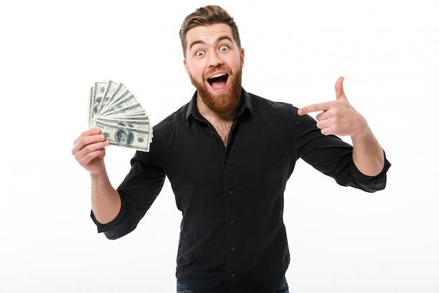 Homem de negócios barbudo satisfeito na camisa segurando o dinheiro