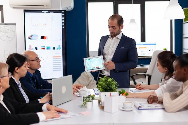 Homem de negócios bem sucedido apresentando a boa evolução da empresa