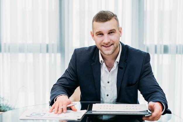 Homem de negócios bem-sucedido no espaço de trabalho de escritório