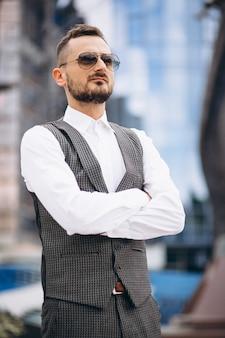Homem de negócios bem sucedido pelo arranha-céu