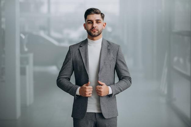 Homem de negócios bonito bem sucedido em um escritório