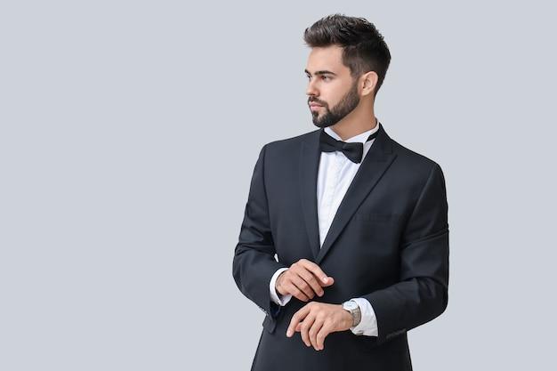 Homem de negócios bonito com elegante relógio de pulso aceso