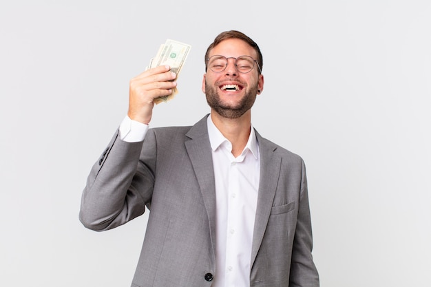 Homem de negócios bonito com notas de dólar