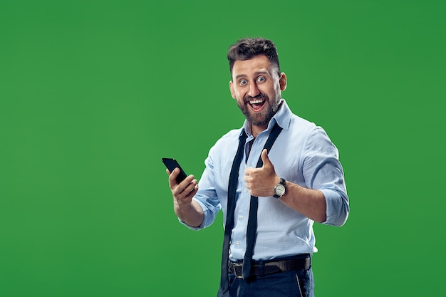 Homem de negócios bonito com telefone celular