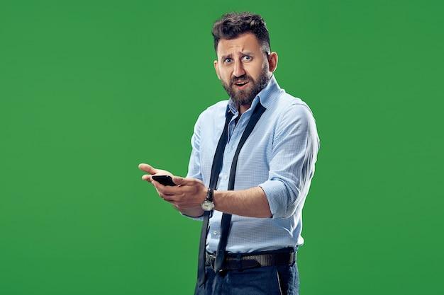 Homem de negócios bonito com telefone celular.