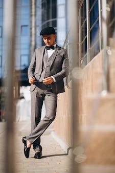 Homem de negócios bonito de terno