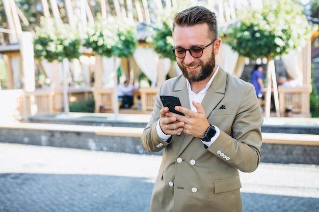 Homem de negócios bonito jovem usando telefone