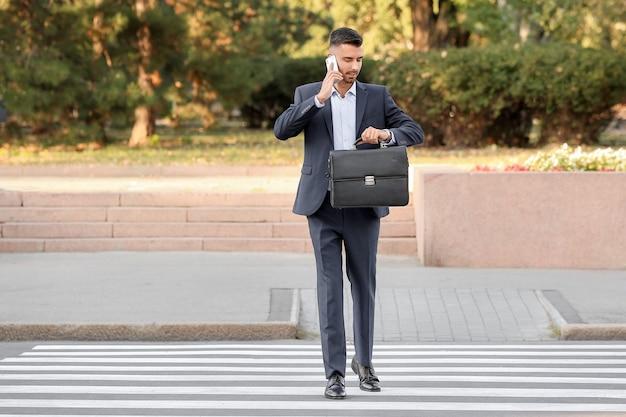Homem de negócios bonito na faixa de pedestres