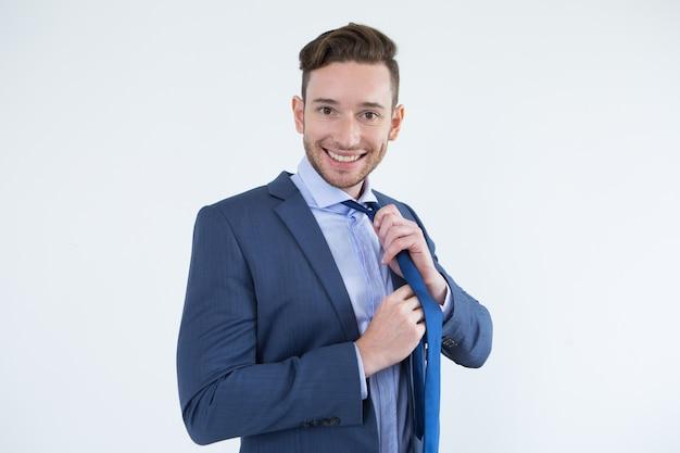 Homem de negócios bonito satisfeito vestindo