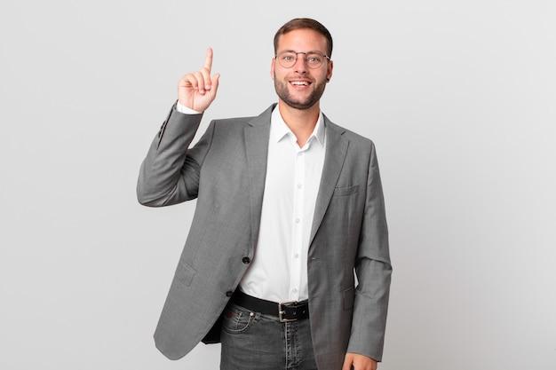 Homem de negócios bonito se sentindo um gênio feliz e animado depois de perceber uma ideia