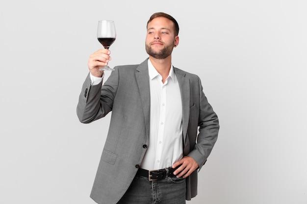 Homem de negócios bonito tomando um vinho