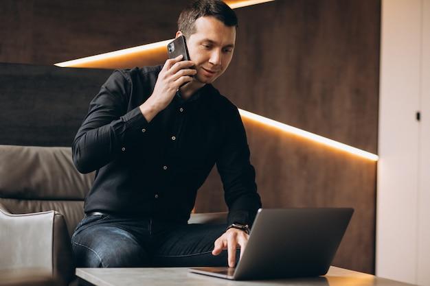 Homem de negócios bonito trabalhando no computador no escritório