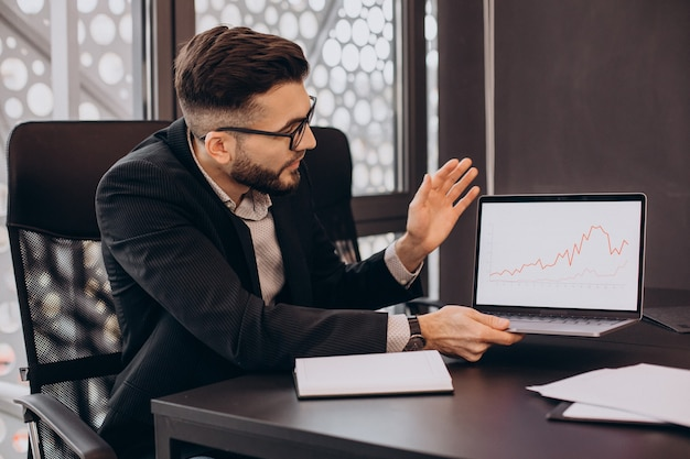 Homem de negócios bonito trabalhando no computador