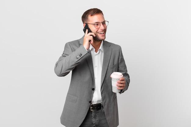Homem de negócios bonito usando seu telefone inteligente