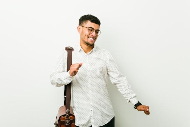 Homem de negócios casuais latino-americanos jovens dançando e se divertindo
