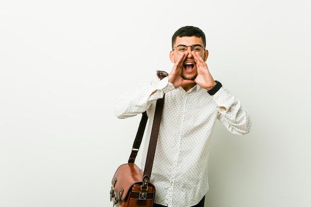 Homem de negócios casuais latino-americanos jovens shouting excitedfront.