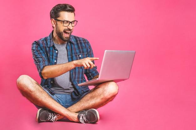 Homem de negócios casuais relaxado trabalhando e navegando na internet no computador portátil. freelance sentado e digitando no teclado do laptop em casa, escritório