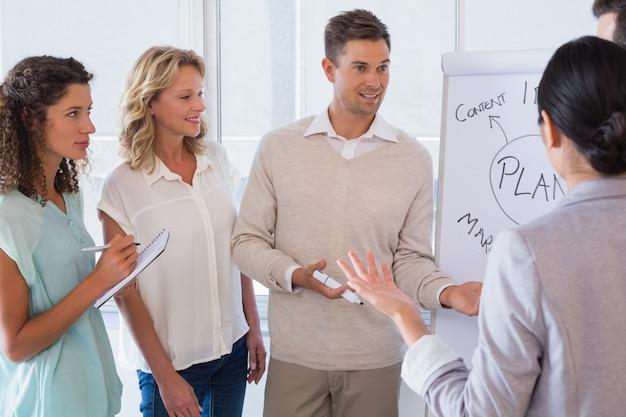 Homem de negócios casual dando apresentação aos colegas