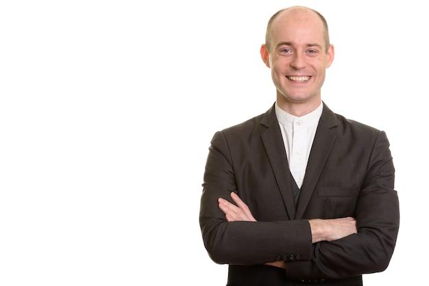 Homem de negócios caucasiano careca feliz sorrindo com os braços cruzados