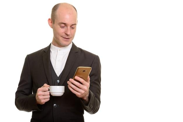 Homem de negócios caucasiano careca feliz sorrindo enquanto segura o ph móvel