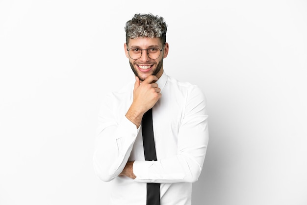 Homem de negócios caucasiano isolado no fundo branco com óculos e sorrindo