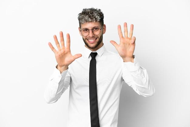 Homem de negócios, caucasiano, isolado no fundo branco, contando nove com os dedos