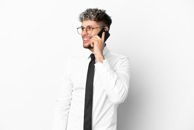 Homem de negócios, caucasiano, isolado no fundo branco, conversando com o celular