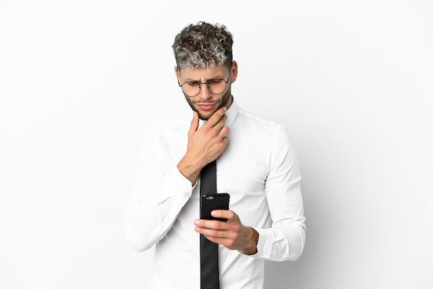Homem de negócios, caucasiano, isolado no fundo branco, pensando e enviando uma mensagem