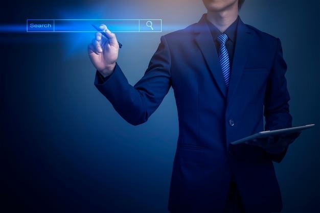 Homem de negócios, clicando em página de pesquisa da internet na tela de toque do computador