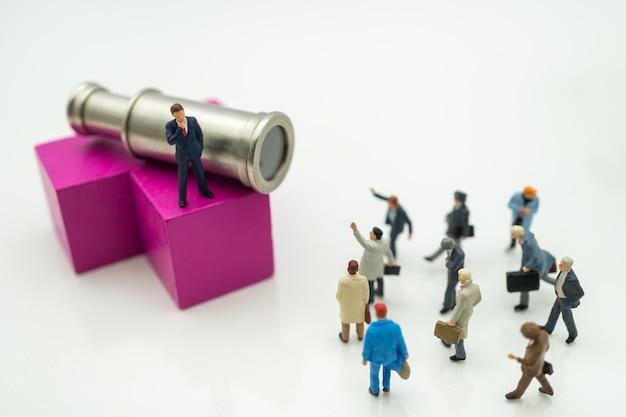 Homem de negócios com binóculos que usa-se como o conceito do recrutamento do trabalho do fundo.