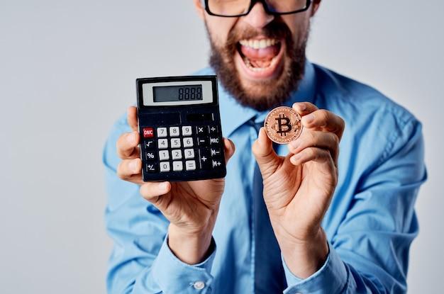Homem de negócios com calculadora, investimento em criptomoeda bitcoin