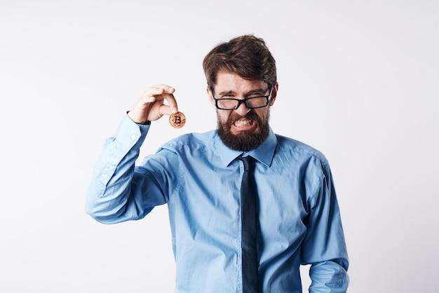Homem de negócios com camisa e gravata gestão de criptomoeda bitcoin moeda de ouro