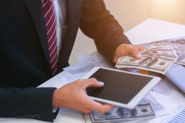 Homem de negócios com conceitos do negócio dos dólares do dinheiro.