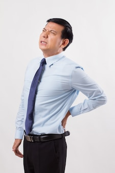 Homem de negócios com dor nas costas, lesão na coluna