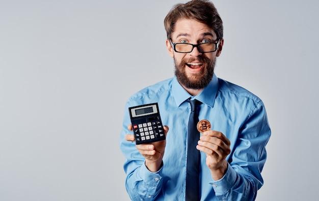 Homem de negócios com economia de tecnologia de emoções de calculadora criptomoeda. foto de alta qualidade