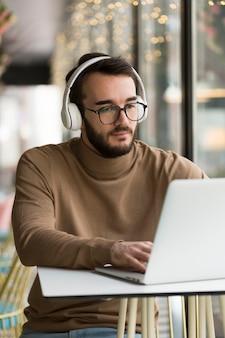 Homem de negócios com fone de ouvido trabalhando