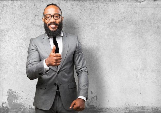 Homem de negócios com gesto de aprovação