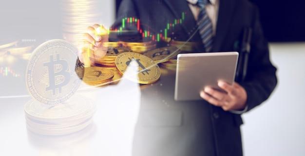 Homem de negócios com negociação de moedas de bit, conceito de investimento em ações de bitcion