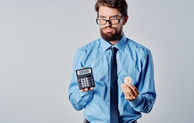 Homem de negócios com óculos calculadora criptomoeda bitcoin sucesso mercado financeiro. foto de alta qualidade
