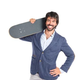 Homem de negócios com skate sobre fundo branco isolado